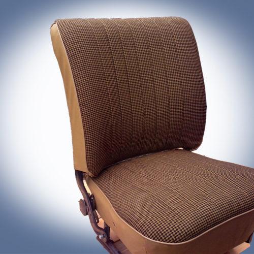 stofferen van een autostoel bij Hewi Meubelstoffeerderij