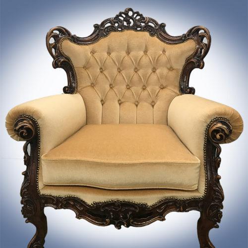 De fauteuil met de oude stoffering
